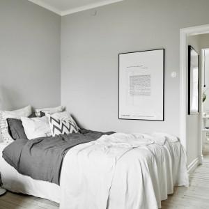 Mimo, iż sypialnię połączono z mini salonem, w dalszym ciągu udało się tutaj zmieścić spore, komfortowe łóżko. Fot. Stadshem/Jonas Bergman.