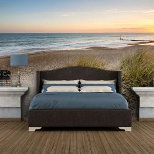 Plaża w sypialni, sypialnia na plaży? Takie otoczenie do snu na pewno będzie sprzyjać relaksacji. Do tego drewniane ciemne łóżko, granatowa pościel i sypialnia z morskimi nawiązaniami gotowa. Fototapeta dostępna na stronie Demur, cena w zależności od rodzaju materiału i wymiarów. Fot. Demur.