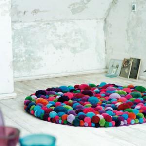Kolorowy dywan marki MYK powstał z kolorowych kulek różnej wielkości. Z pewnością będzie największą dekoracją nowoczesnego salonu. Fot. MYK.