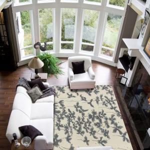 Jasny dywan w nadrukowanymi zwiewnymi kwiatami KSL LIVING - tapis blossom.