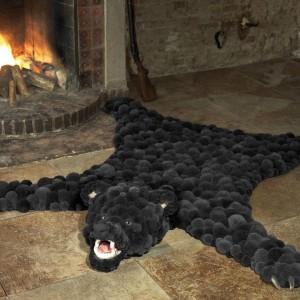 Dywan przypominający skórę niedźwiedzia może być oryginalnym elementem wystroju wnętrz, inspirowanych stylem pałacowym. Fot. MYK.