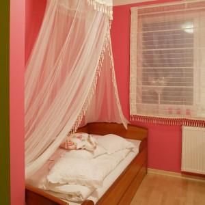 Aby podkreślić baśniowy charakter tego wnętrza, nad łóżkiem rozwieszono szyfonowy baldachim, dzięki któremu mała gospodyni może czuć się jak prawdziwa królewna. Fot. Archiwum Dobrze Mieszkaj.