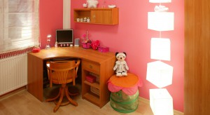 Przestrzeń na poddaszu często bywa wykorzystywana do aranżacji pokoi dziecięcych. Zobaczcie, jak na niewielkiej przestrzeni można urządzić dwa pokoje dla córek.