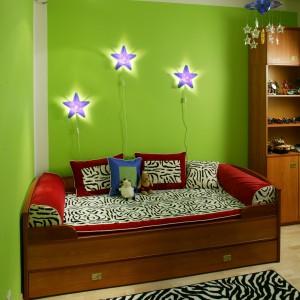 Charakteru dodają aranżacji dekoracje inspirowane umaszczeniem zebry: narzuta na łóżko, poduszki dekoracyjne oraz prostokątny dywan. Fot. Archiwum Dobrze Mieszkaj.