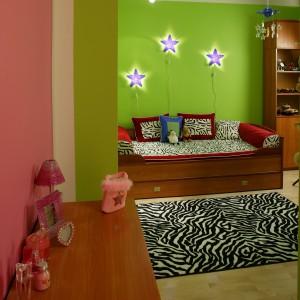 Na ścianie przy łóżku zainstalowano praktyczne kinkiety, w formie dekoracyjnych gwiazdek. Fot. Archiwum Dobrze Mieszkaj.