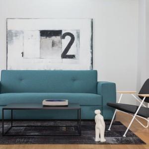 Turkusowa sofa Easy z oferty marki  Le Pukka doskonale sprawdzi się w małym salonie, stając się nie tylko praktycznym meblem, ale i oryginalną dekoracją. Fot. Le Pukka.
