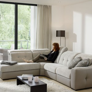 Elegancki i praktyczny narożnik Aura z oferty marki ROM wyposażony dodatkowo w funkcję spania. Idealnie podkreśli wypoczynkowy charakter salonu. Fot. ROM.