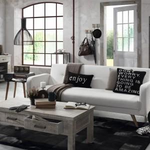 Biała sofa na nóżkach z oferty Le Pukka, choć jest przeznaczona na trzy osoby zajmuje niewiele miejsca. Fot. Le Pukka.