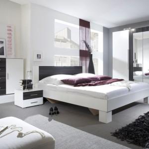 Sypialnia Vera to połączenie bieli i elementów w kolorze drewna. Do wyboru mamy kilka odcieni, między innymi: orzech czarny, dąb sonoma, orzech czerwony. Fot. Helvetia Wieruszów.