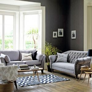 Klasyczne meble wypoczynkowe wzbogacono o proste, skandynawskie stoliki kawowe. Dzięki czemu aranżacja nabrała lekkości. Fot. Marks&Spencer.