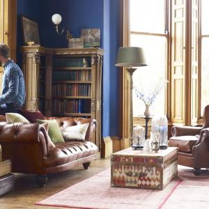 Wyposażenie do klasycznych wnętrz produkowane jest często z wysokiej jakości naturalnych materiałów, takich jak lite drewno, fornir czy skóra. Fot. DFS Furniture.