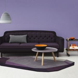 Wyposażenie w ciemnych kolorach dodatkowo podkreśla elegancki charakter aranżacji. Na zdjęciu sofa Onkel marki Normann Copenhagen. Fot. Occa-Home.