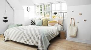 Barwy jasne odbijają światło i nadają wnętrzu wrażenie przestronności, jak również wprowadzają do niego spokój i harmonię. Wydają się więc idealne do sypialni.