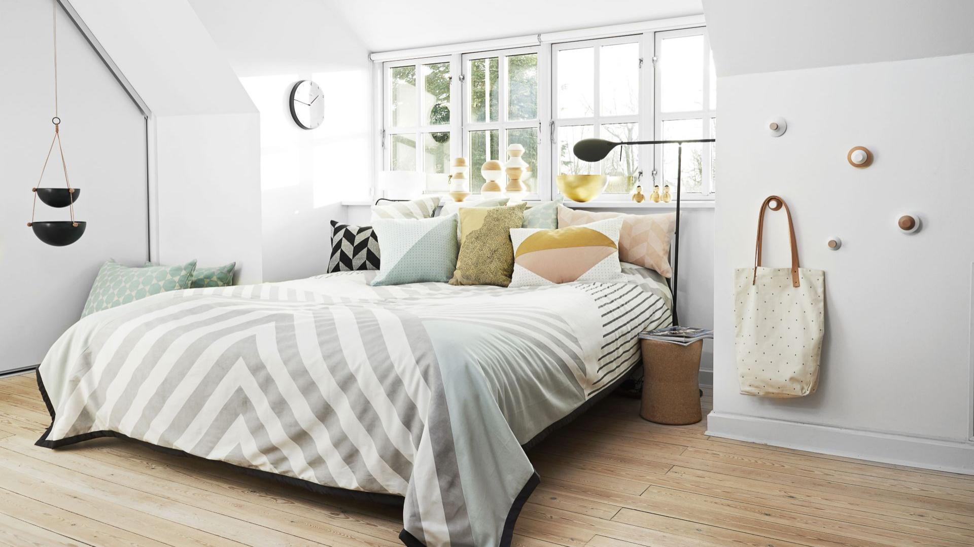 Jasne barwy i proste formy to atrybuty stylu skandynawskiego, który znakomicie sprawdzi się w pomieszczeniu przeznaczonym na sen. Fot. Norsu Interiors.