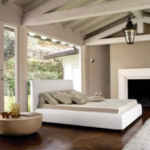 Aby wprowadzić do sypialni przytulny klimat, warto urządzić ją z wykorzystaniem różnych odcieni ciepłych beżów: na ścianach czy w formie tkaninowych dekoracji. Fot. Lomi Design.