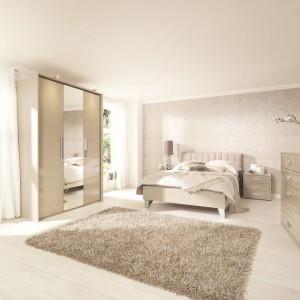 Subtelna sypialnia urządzona z wykorzystaniem jasnych beżów staje się prawdziwą enklawą wypoczynku. Fot. Bensons for Beds.