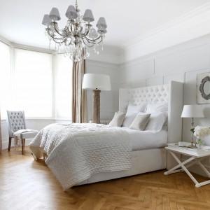 Biała sypialnia nie oznacza wyłącznie minimalistycznych, skandynawskich wnętrz. Najjaśniejsza z barw znakomicie wygląda też w wyrafinowanych, luksusowych wnętrzach. Meble z kolekcji Laurent Sweetpea&Willow. Fot. Sweetpea&Willow.