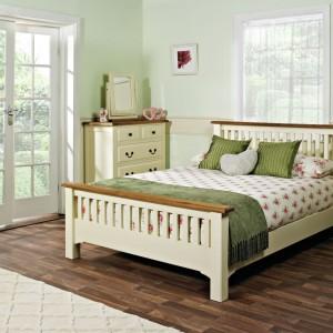 Rustykalne meble w kolorze kości słoniowej, wzbogacone o wzorzyste tkaniny, sprawią, że w sypialni zapanuje sielski klimat. Fot. Bensons for Beds.