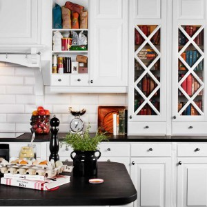 Klasyczna kuchnia w angielskich stylu ze zdobnymi frontami pięknie prezentuje się w bieli, urozmaiconej ciemnym detalem w postaci kuchennego blatu. Fot. Ballingslov.