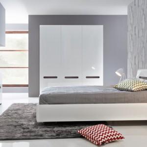 Sypialnia Azteca to proste, nowoczesne meble wykończone na wysoki połysk. Dostępne są w czterech opcjach kolorystycznych. Fot. Black Red White.