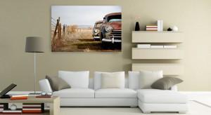 Dekoracja ściany w salonie to przyjemne zadanie. Co lepiej wybrać? Tradycyjny obraz, nowoczesną grafikę czy może zdjęcie na płótnie? Sprawdźcie nasze propozycje.