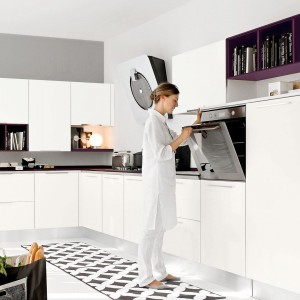 Nowoczesna kuchnia z gładkimi, minimalistycznymi frontami w bieli i kontrastującym czarnym blatem. Biel i czerń prezentują się pięknie w tej stylistyce. Fot. Lube Cucine, kuchnia Pamela.