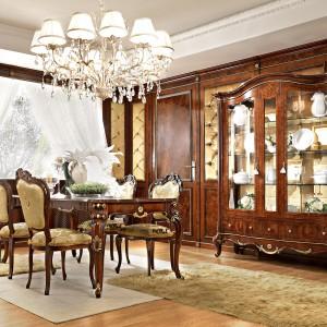 Wyposażenie do klasycznych wnętrz produkowane jest często z wysokiej jakości naturalnych materiałów, takich jak lite drewno i fornir. To doskonałe rozwiązanie dla osób lubiących ekologiczny styl życia i ceniących kontakt z naturą. Meble marki Gotha Italian Luxury Style. Fot. Fabio Luciani.