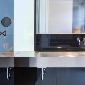 W łazience dominują geometryczne formy, zamknięte w kolorową oprawę. Projekt: Atelier Moderno. Fot. Stéphane Groleau.