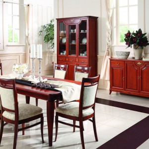 We wnętrzu urządzonym w stylu klasycznym bardzo ładnie wyglądają ekspozycje porcelany czy pamiątek rodzinnych, umieszczone w witrynach. Kolekcja Rafael marki Klose. Fot. Klose.