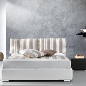 Spokojne, łagodne wnętrze zachęca do odpoczynku. Na ścianach udało się uzyskać ciekawy efekt.Fot. Giessegi furniture.