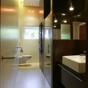 W małej łazience prysznic urządzono we wnęce. Drzwi otwierają się na zewnątrz, tak aby można było wygodnie wchodzić pod prysznic i wychodzić. Projekt: Ola Wołczyk. Fot. Bartosz Jarosz.