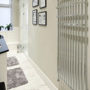 Wnękę prysznicową o dowolnej szerokości można zamknąć drzwiami połączonymi ze ścianką stałą.  Projekt: Iwona Kurkowska. Fot. Bartosz Jarosz.