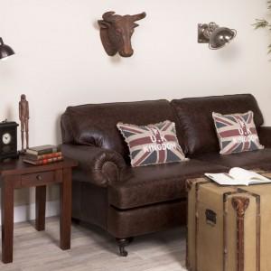 Piękna skórzana sofa firmy MTI Furninova oraz okazała drewniana skrzynia z okuciami zdominowały to wnętrze. Pozostałe dodatki i bibeloty świetnie je uzupełniają. Cena skrzyń w sklepie Inne Meble - od 995 zł. Fot. Inne Meble.