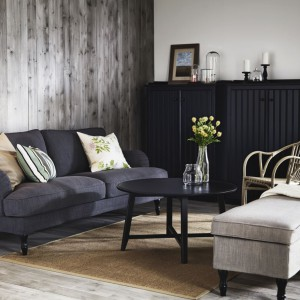 Lekko rustykalne wnętrze w stylu vintage uzupełniają jasne poduszki i lampa stojąca. Za pomocą takich detali można dodać wnętrzu odpowiedniego charakteru. Dodatki dostępne w IKEA. Cena lampy Hektar - 249 zł. Fot. IKEA.