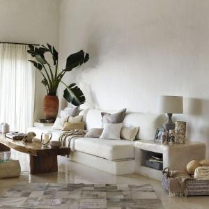 Drewniany stół, wiklinowy kosz, przytulne poduszki, świecznik i wazony to detale, które świetnie pasują do jasnego, ciepłego wnętrza w stylu vintage. Fot. Zara Home.