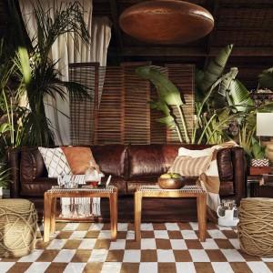 W bogatym w detale wnętrzu wyróżniają się piękne sznurkowe pufy i skórzana sofa, którą zdobią eleganckie poduszki. Poszewki na poduszki dostępne w Zara Home, ceny od 19,90 zł. Fot. Zara Home.