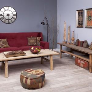 Kolekcja poduszek w stylu vintage w lekko indiańskie wzory idealnie nadaje się do loftowego salonu z postarzanymi meblami. Puf i siedzisko uzupełniają aranżację. Dodatki dostępne w sklepie Inne Meble. Cena poduszek: od 99 zł. Fot. Inne Meble.