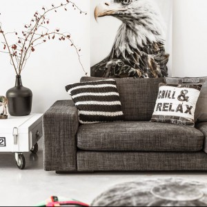 W tym retro salonie to zdecydowanie dodatki robią wnętrze. Poduszki od marki HK Living wykonane są w zgodzie z najmodniejszym wzornictwem skandynawskim, stawiającym na naturalne materiały i kolory. Dostępne w sklepie Squarespace. Poduszka Relax - cena 143 zł; poduszka w pasy - cena 167 zł Fot. HK Living.