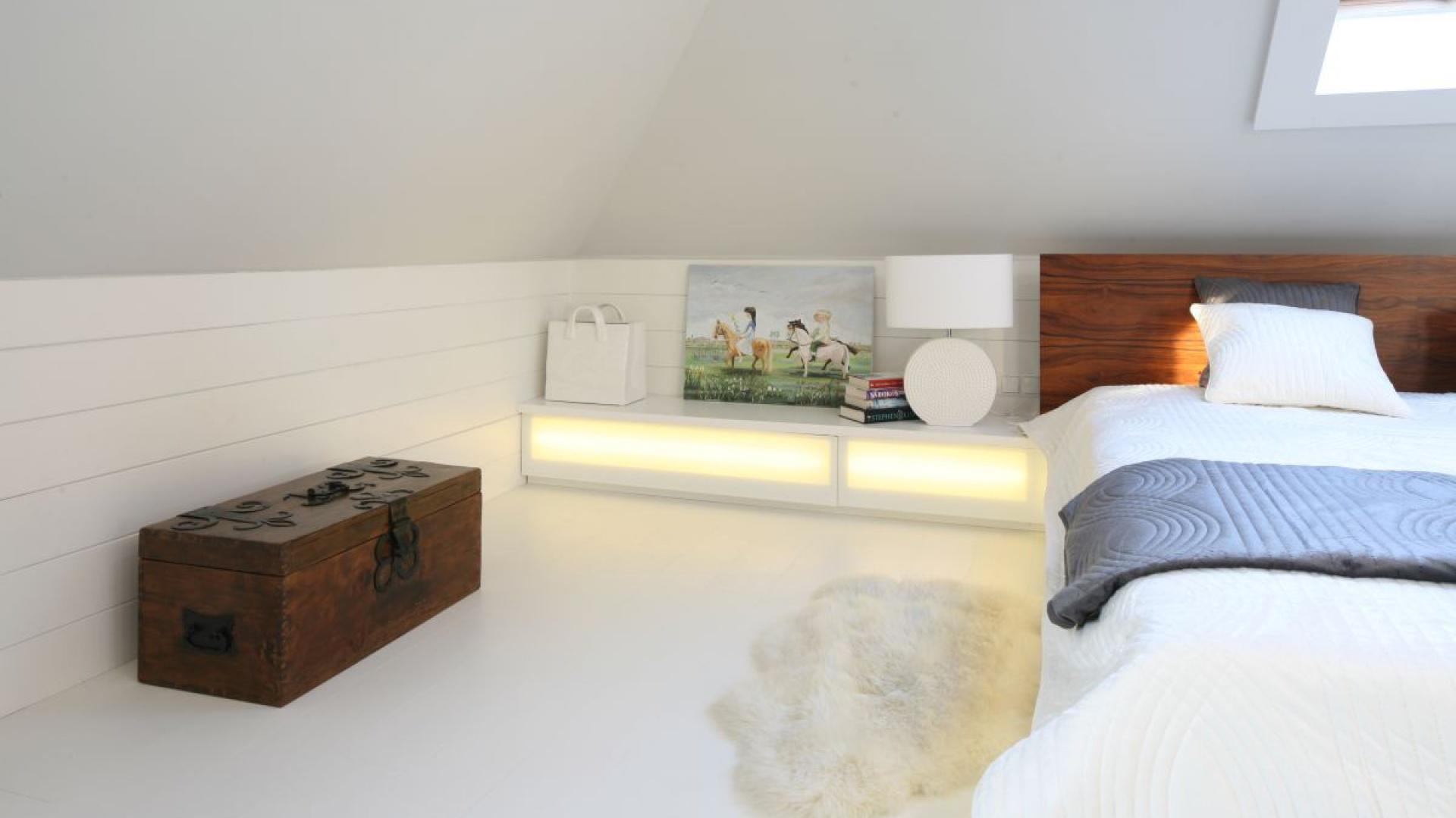 Aranżacja na poddaszu: biała sypialnia