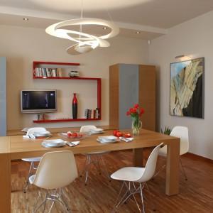 W przestronnym salonie postawiono na tradycyjne szafy i półki w całkiem designerskiej odsłonie. Fot. Monika Filipiuk-Obałek.