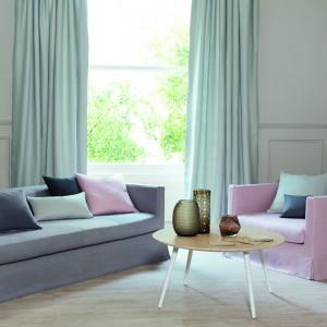Pastelowe zasłony z serii Launay marki Romo dodadzą uroku nowoczesnym, prostym wnętrzom. Z taką dekoracją wnętrze zyskuje zwiewny wygląd. Fot. Romo.