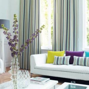 Eleganckie zasłony w pasy z serii Paris marki Casadeco. Jasnozielone barwy tkaniny wprowadzą do wnętrza odrobinę wiosny. Fot. Casadeco.