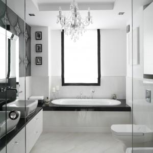 Płytki wykorzystane do wykończenia tej łazienki imitują biały marmur, stąd elegancki, nieco pałacowy styl wnętrza. Projekt: Magdalena Smyk. Fot. Bartosz Jarosz.