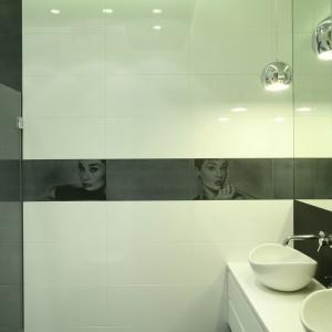 Elegancki styl wnętrza podkreślają ceramiczne dekory z wizerunkiem Audrey Hepburn. Projekt: Agnieszka Ludwinowska. Fot. Bartosz Jarosz.