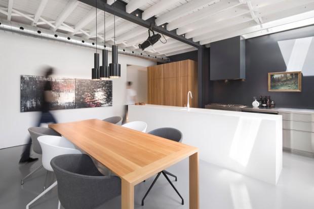 Minimalistyczne wnętrze domu w jasnych kolorach