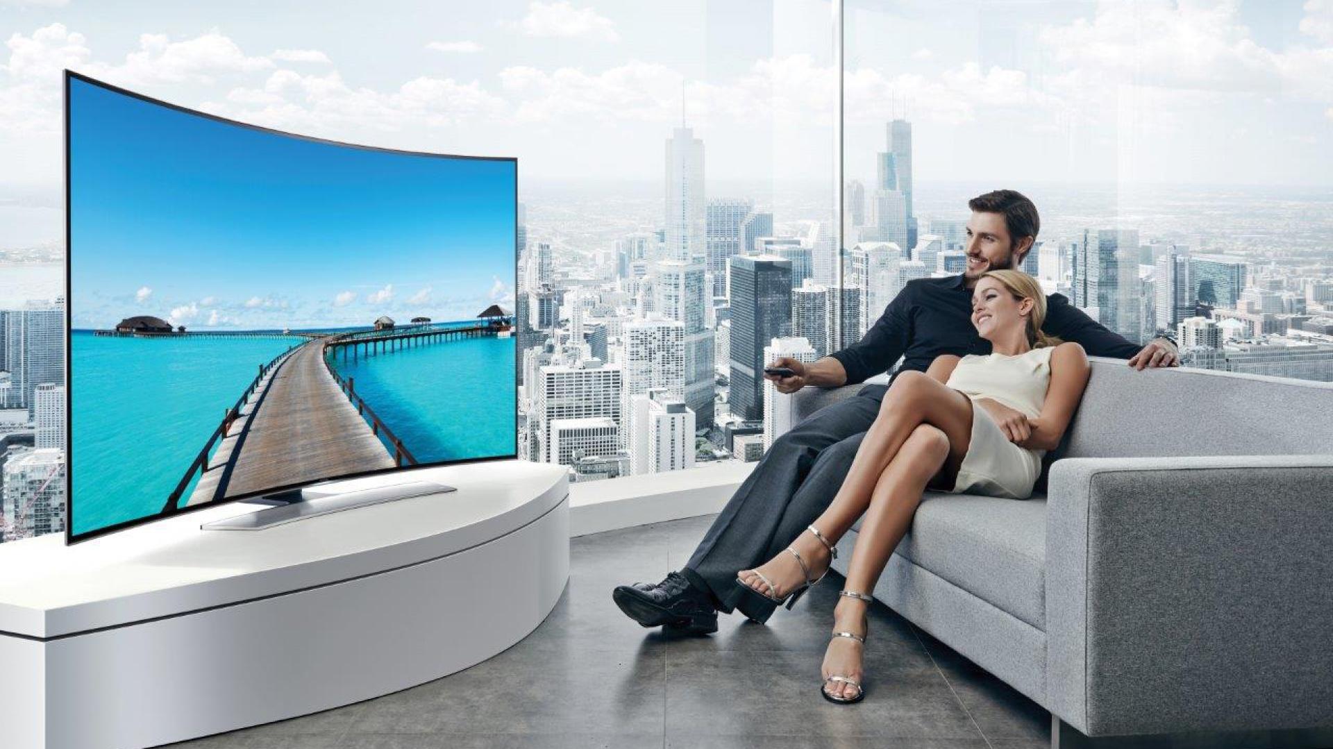 W nowoczesnym wnętrzu sprawdzi się telewizor o zakrzywionym ekranie. Fot. Samsung
