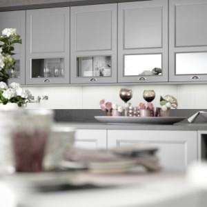 Zamontowane za przeszklonymi frontami oświetlenie dodaje lekkości meblom kuchennym. Fot. Rational, kuchnia Casa.