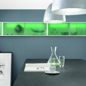 Oświetlenie szafek kuchennych możemy dobierać kolorystycznie w zależności od barwy wykończenia kuchni, okazji lub naszego nastroju. Fot. Nobilia, meble Vetra.