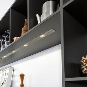 Współczesne technologie pozwalają na osiągnięcie niewielkich rozmiarów diod LED, które dzięki temu mogą być montowane w bardzo płaskich elementach mebla. Schowane w płycie, są niemal niewidoczne. Fot. Leicht, meble Concrete.