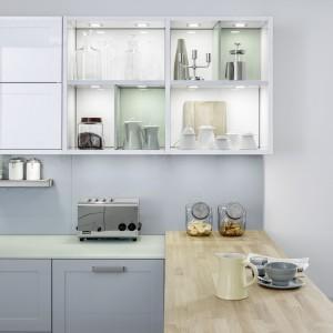 Otwarte półki zyskują jeszcze więcej lekkości dzięki efektownemu oświetleniu, zamontowanemu w płycie meblowej. Fot. Leicht, meble Carre.